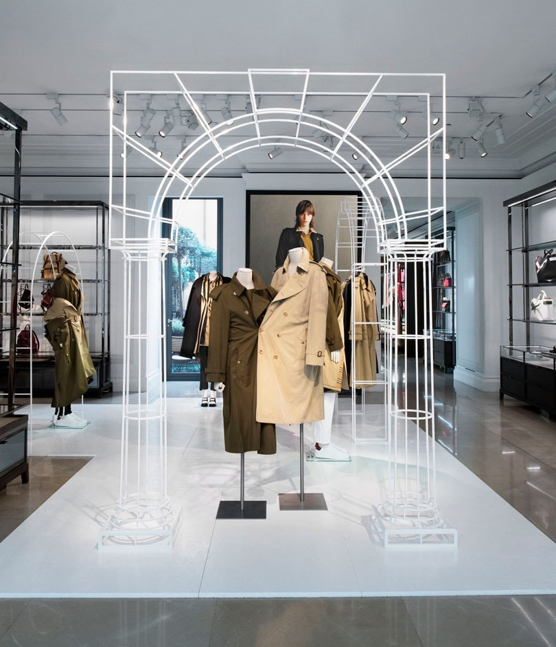 Boutique Burberry Faubourg : installation de trench coats revisités
