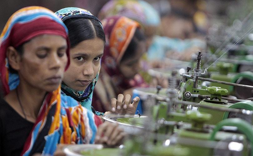 Bangladesh : manifestation de victimes deux ans après l'incendie d'une usine textile